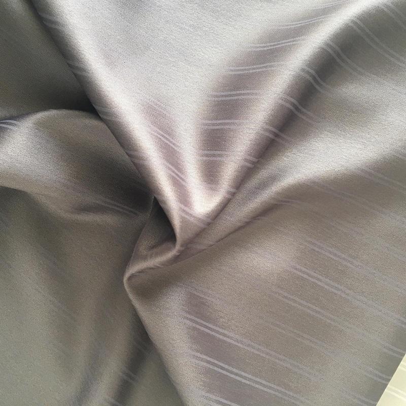 ثوب مريح مزين بخطوط ملونة