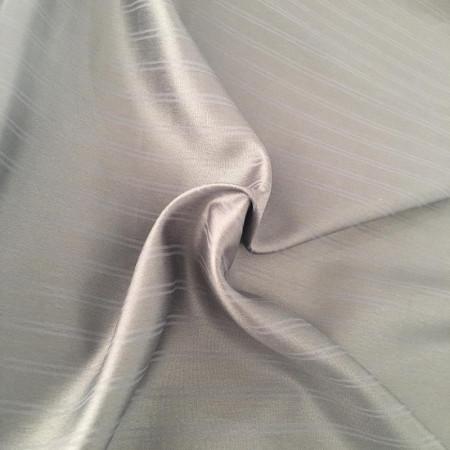 الثوب المريح مزين بخطوط ملونة